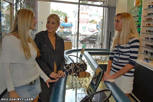 Смотреть Блондинистая троица онлайн
