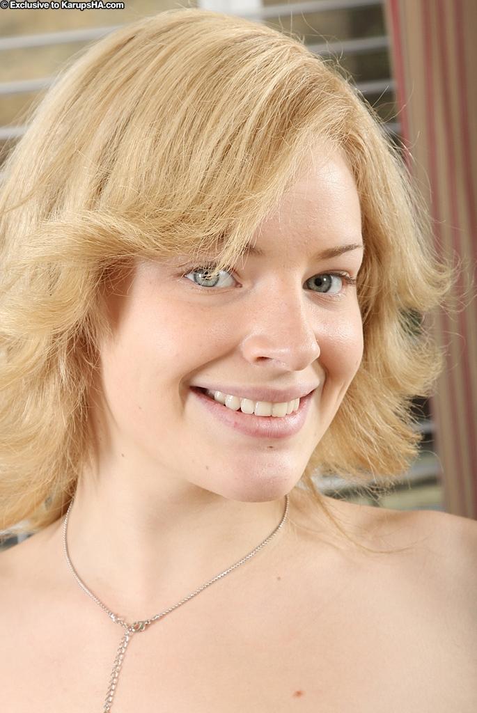 Смотреть улыбающаяся блондинка-подросток онлайн