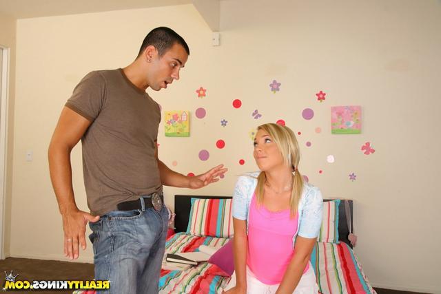 Смотреть Блондинистая девчонка онлайн