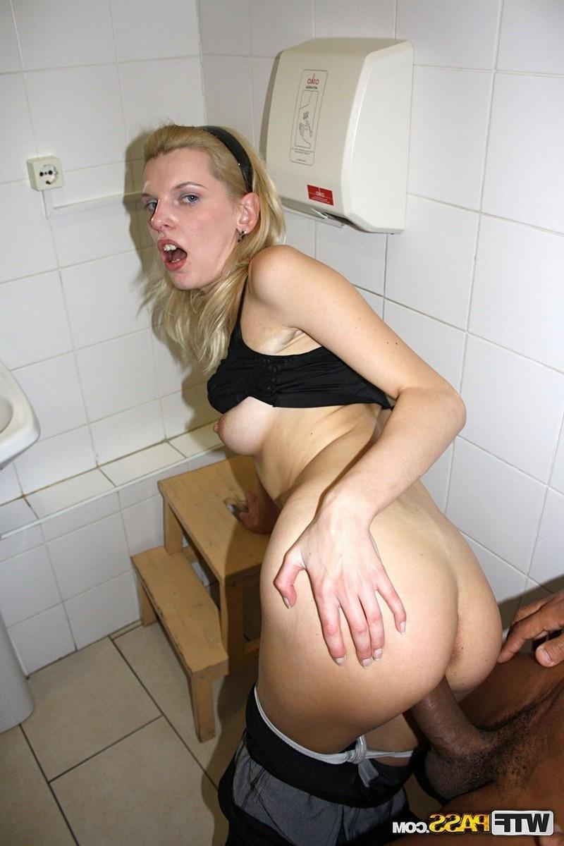 Смотреть дала туалете онлайн