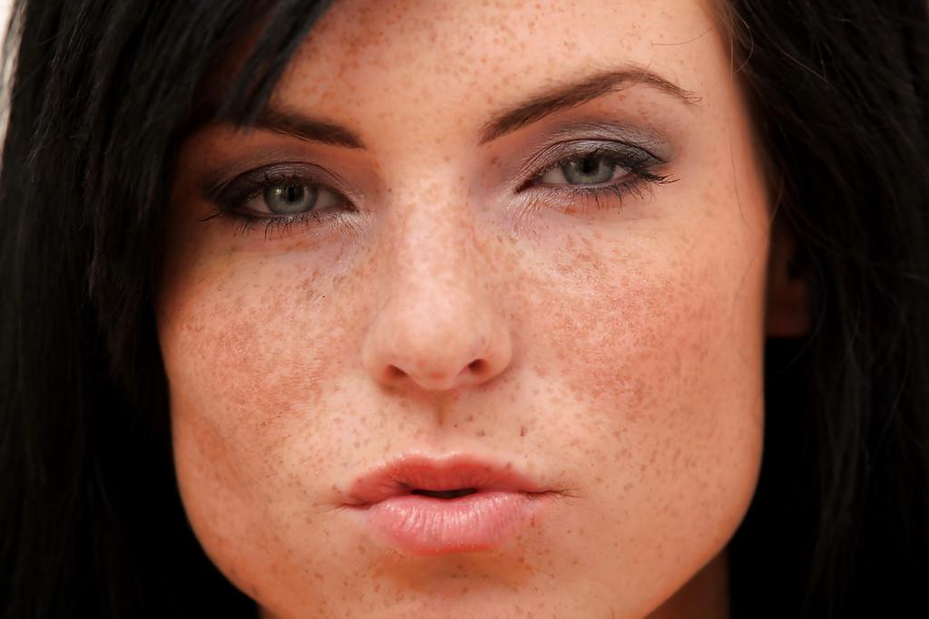 Смотреть модель с темными волосами онлайн